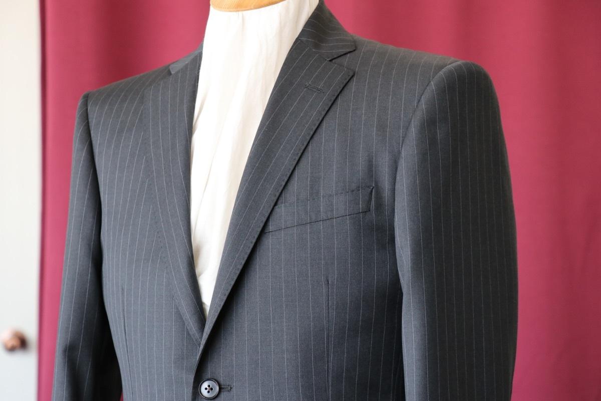 ビジネスシーンでの誠実さを表すピンストライプのスーツ