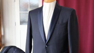 ワイドラペルのベリードする襟が特徴的なダブルのスーツ